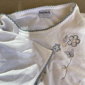 EMBROIDERED T-SHIRT🧵🌸
